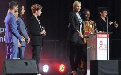 Charlize Theron bei der Eröffnung der Welt-Aids-Konferenz in Durban. Foto: International AIDS Conference, 18-22 Jul 2016   CC BY-ND 2.0   GovernmentZA   flickr.com.
