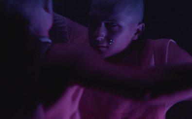 Die Interpretation vom neuen Dillon-Francis-Song: aggressive Erotik in Pink-Blau. Screenshot: Columbia Records | Dillon Francis