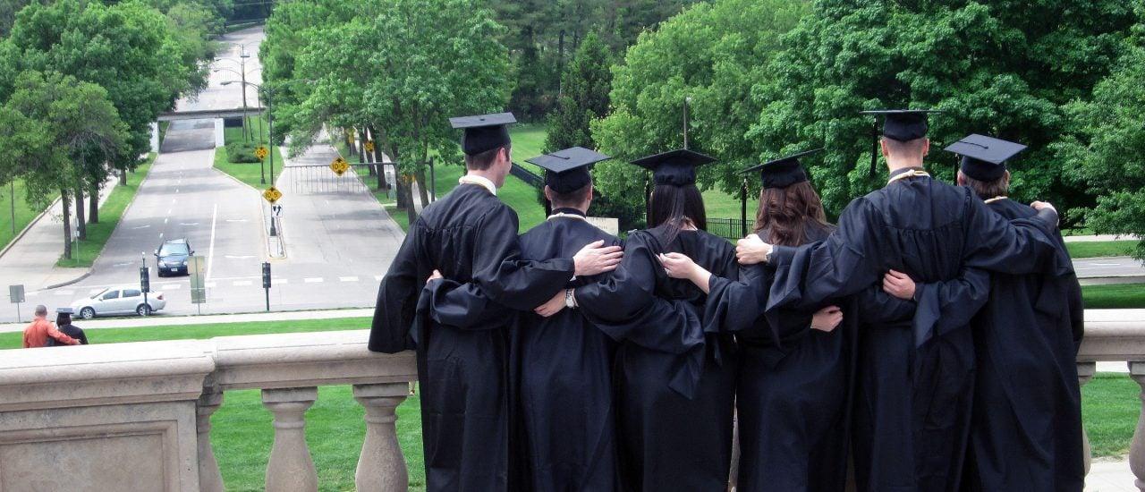 Nicht alle Studenten können in eine rosige Zukunft blicken. Foto: Graduation   Alan Light   flickr.com   CC BY 2.0