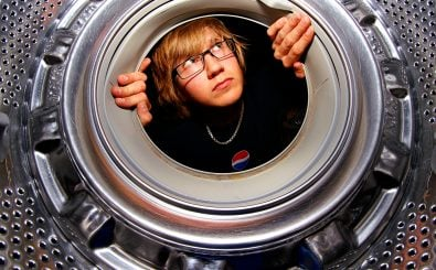 So mancher Wasch-Anfänger hat schon einen verwirrten Blick in die Trommel geworfen. Foto: Washing machine. /credits: CC BY 2.0 | Alexander Lindquist / flickr.com