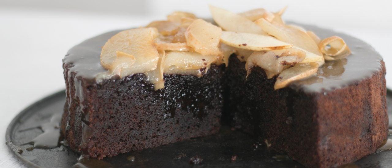 Chocolate Mud Cake mit karamellisierten Birnen. Foto: | Backbube.