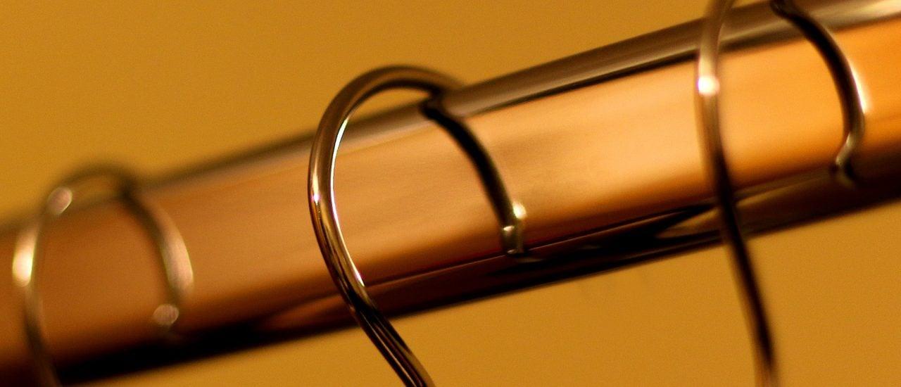 Auf einer Kleiderstange sehen Lieblingsteile nicht nur schöner aus, sie hängen meist auch ordentlicher auf dem Bügel. Foto: Hangers CC BY 2.0 | Kevin Doncaster / flickr.com