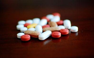 Mit der Herstellung von gefälschten Medikamenten lässt sich mittlerweile mehr Geld verdienen als mit Heroin. Für Kunden ist das Geschäft höchst risikoreich, denn sie wissen weiß nicht, was wirklich in dem gekauften Mittel steckt. Foto: Pills / credits: CC BY 2.0 | Jamie / flickr.com