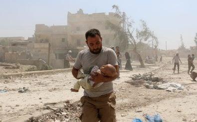 Helfer nach einem Bombenangriff am 27. August 2016 in Aleppo in Syrien. Foto: Ameer Alhalbi | AFP