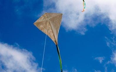 Einen selbstgebauten Drachen im Herbst steigen zu lassen, ist nicht nur ein netter Zeitvertreib für Kinder. Foto: National Arboretum Open Day 2011 CC BY-SA 2.0 | Matt Bacon / flickr.com