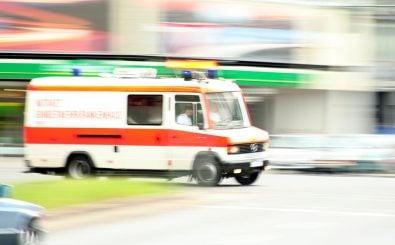 Wird ein Rettungswagen zur Unfallstelle gerufen, muss es schnell gehen. Wie verhält man sich dann richtig? Foto: ambulance CC BY 2.0 | Till Krech / flickr.com