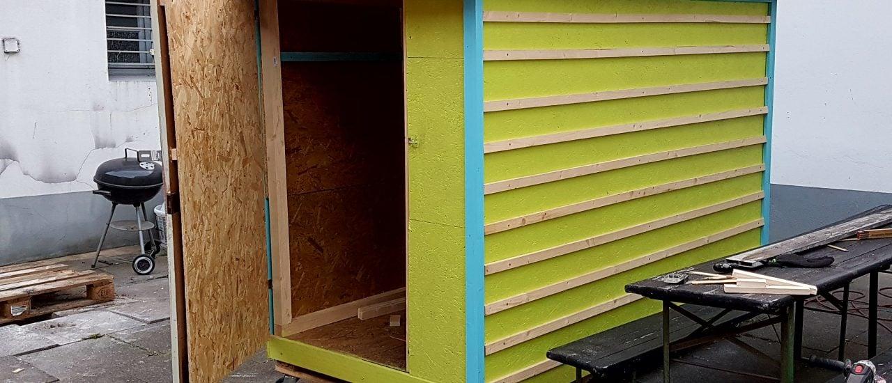 In jeder Box gibt es eine Matratze, einen kleinen Tisch und eine Ablage – das Nötigste für Obdachlose. Foto: Jennifer Pirro | Sven Lüdecke