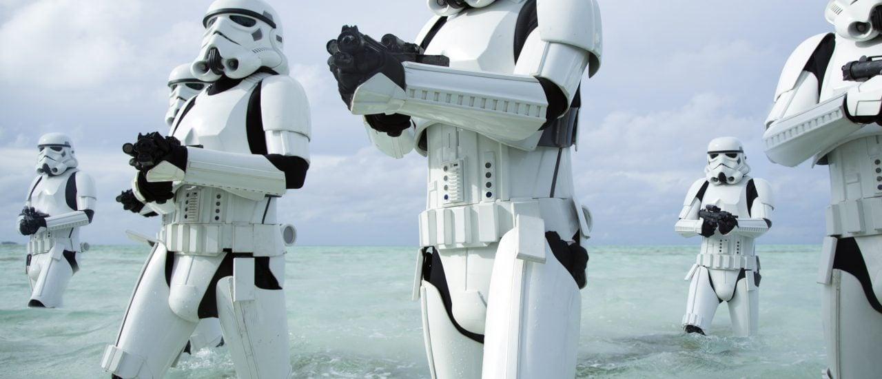 """In """"Rogue One – A Star Wars Story"""" waten Stormtroopers auf der Jagd nach der neuen Rebellin Jyn Erso durchs Wasser. Foto: Jonathan Olley / 2015 Lucasfilm Ltd."""
