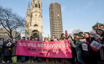 Zwei Tage nach dem Anschlag auf den Berliner Weihnachtsmarkt versammeln sich Menschen, um zu demonstrieren: Ihr werdet uns nicht spalten. Foto: Clemens Bilan | AFP