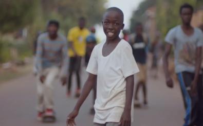 Das neue Video von Naughty Boy spielt in einem Flüchtlingslager für Kinder in Uganda. Screenshot: Naughty Boy / NaughtyBoyVEVO