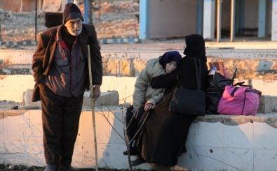 Bewohner in Aleppo warten am 15.12.2016 auf ihre Evakuierung. Foto: Omar Haj Kadour / AFP