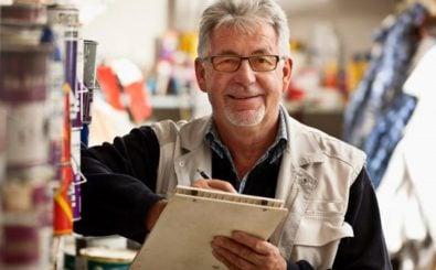Die Altersarbeitslosigkeit sinkt: Mehr als die Hälfte der über 60-Jährigen ist erwerbstätig. Foto: older worker | CC BY 2.0 | Scott Lewis / flickr.com