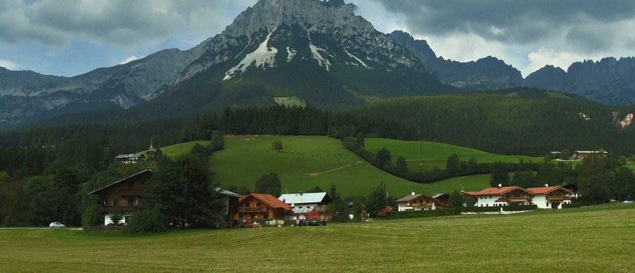 """Im beschaulichen Ellmau spielt die Serie """"Der Bergdoktor"""". Foto: Wilder Kaiser – Ellmau   CC BY 2.0   gravitat-OFF / flickr.com"""