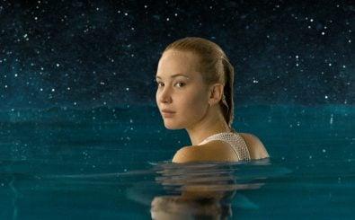 Jennifer Lawrence schwimmt als Aurora im Film Passenger in der Schwerelosigkeit. Sony Pictures | Pressefoto