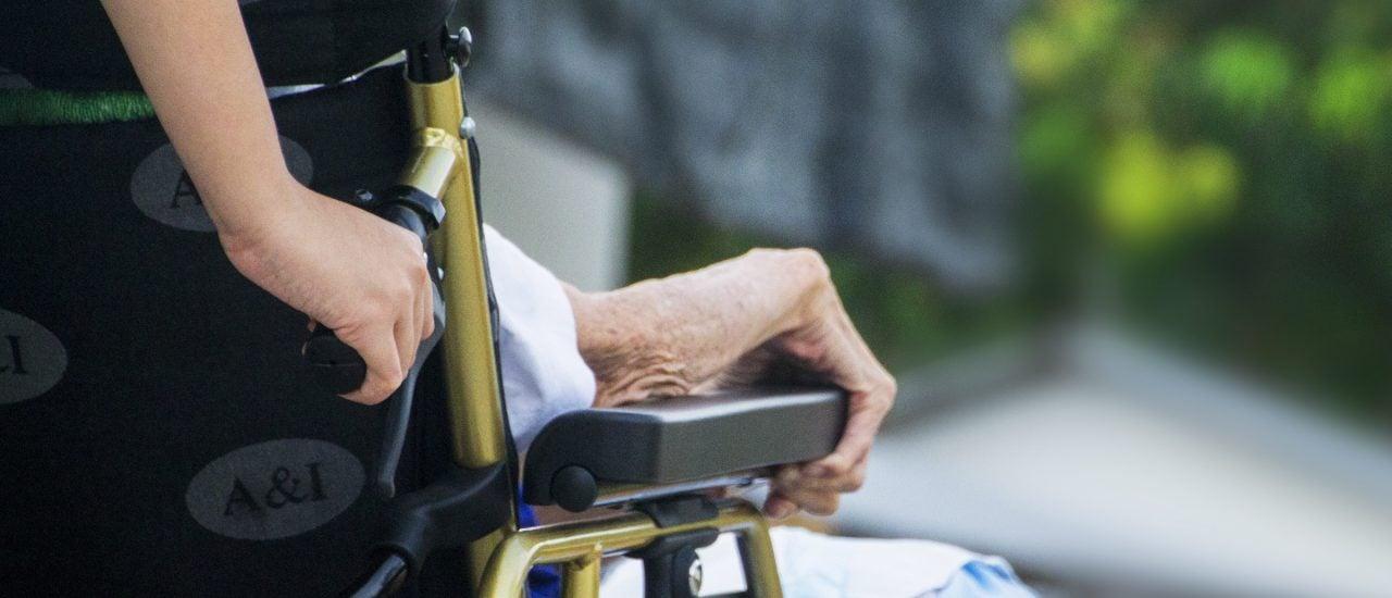 Durch die Reform sollen mehr Menschen eine Ausbildung im Pflegebereich beginnen. Foto: CC0 | TusitaStudiuo / Pixabay.com