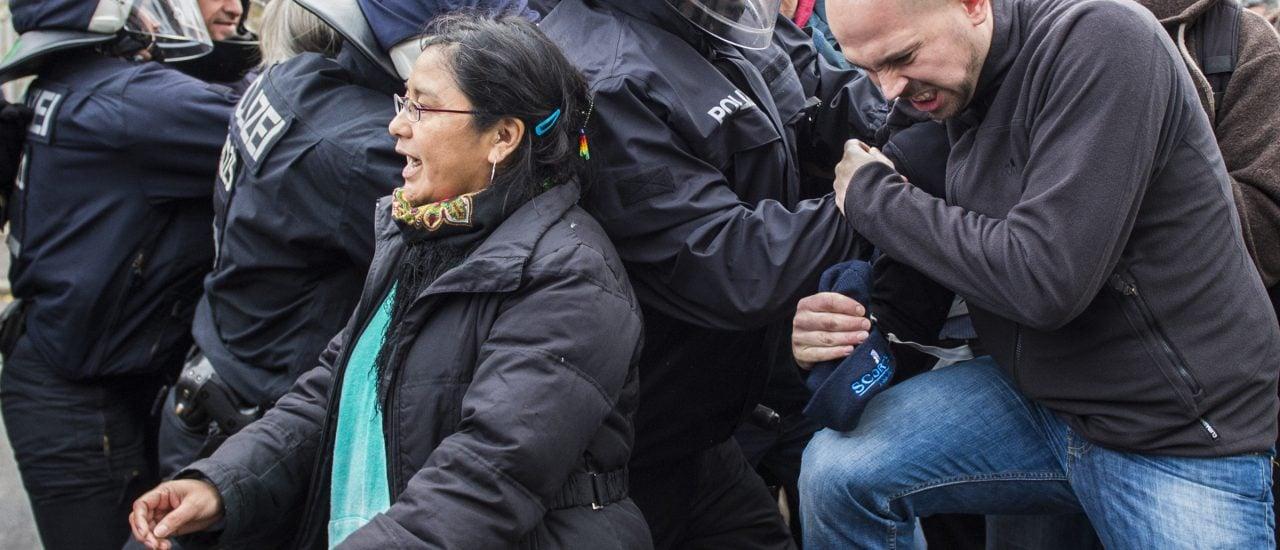Immer öfter wird Polizisten und Beamten mit Gewalt begegnet. Foto: John MacDougal | AFP