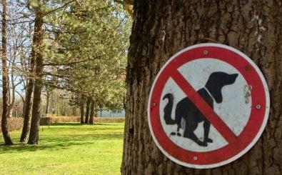 Die Hier-bitte-nicht-Schilder gibt es in allen möglichen Varianten. Wirklich wirksam sind sie aber selten. Foto: IMG_1429 CC BY-SA 2.0 | fleno.de / flickr.com