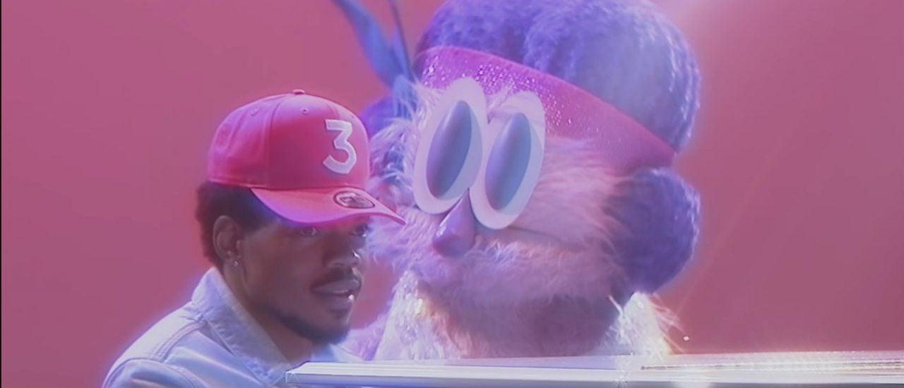 Chance the Rapper spielt am Flügel und singt im Duett mit einer lebensgroßen Puppe. Foto: Screenshot youtube.de | Jake Schreier