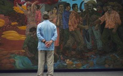 Jean Ziegler während seines Aufenthalts in Havanna vor einem Wandgemälde des chilenischen Malers José Venturelli im Hotel Habana Libre. | Foto: © W-film / Dreampixies