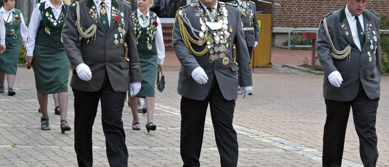 Die katholischen Schützenvereine halten noch stark an ihren historischen Traditionen fest. Foto: SchÜtzen- und Volksfest Unterlüss CC BY-SA 2.0 | Dick Aalders / flickr.com