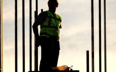 Wie ein Ritter in strahlender Rüstung. Aber ist der Bauerarbeiter-Beruf attraktiv? Foto: Builder on Scaffold / Credits: CC BY 2.0 | Garry Knight / flickr.com