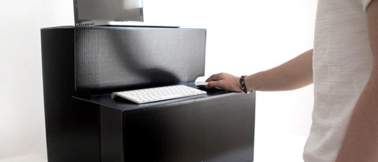 """Das """"Stehaufmännchen"""" soll die bezahlbare Alternative zum höhenverstellbaren Schreibtisch sein. Foto: © Stehaufmaennchen.eu"""
