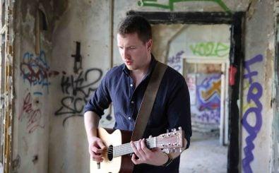 Kommt viel rum: der Straßenmusiker Georg Domke beim Videodreh. Foto: Jule Reich | Promo