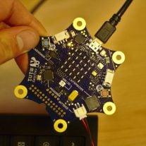 Per USB wird das Programm auf den Calliope Mini überspielt. Er erscheint wie ein USB-Stick am Rechner.