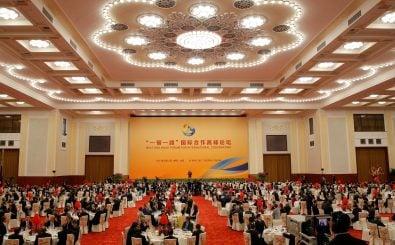 Der chinesische Staatspräsident Xi Jinping spricht zu seinen Gästen aus aller Welt. Foto: Wu Hong | AFP