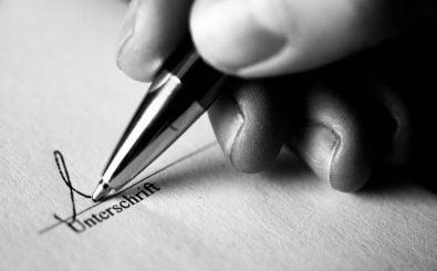 Vor der Unterschrift sollte man den Arbeitsvertrag prüfen. Sonst ist der Arbeitnehmer bei Lohnzahlungsverzug machtlos. Foto: vertrag-130407_014.jpg CC BY-SA 2.0 | Eleleleven / flickr.com