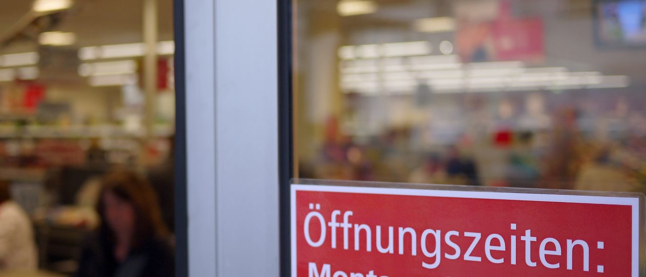 Immer wieder sind verkaufsoffene Sonntage ein Streitthema, nun auch in Bezug auf den Onlinehandel. Foto: Shop around the clock? CC BY-SA 2.0 | Bündnis 90/Die Grünen Nordrhein-Westfalen / flickr.com