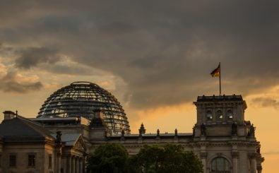 Im Bundestag können nicht nur Abgeordnete und die Regierung, sondern auch Vertreter aus Wirtschaft und NGOs mitreden. Foto: Bundestag at Sunset CC BY-SA 2.0 | Susanne Nilsson / flickr.com