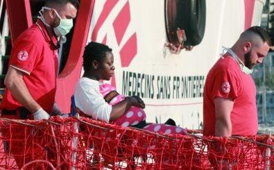 Helfer der Organisation Ärzte ohne Grenzen helfen einer schwangeren Frau von Board. Foto: Carlo Hermann | AFP