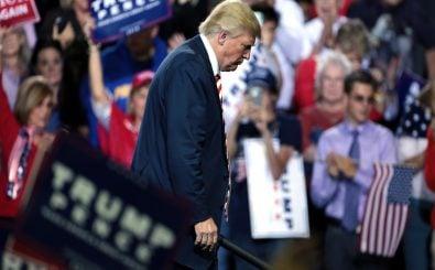 Donald Trump geht traurig von einer Bühne. Foto: Donald Trump CC BY-SA 2.0 | Gage Skidmore / flickr.com