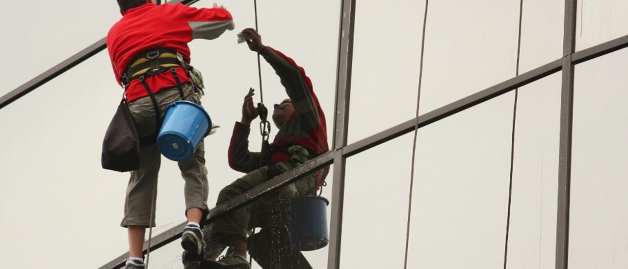 Gebäudereiniger gehören zu den Berufstätigen, die am schlechtesten bezahlt werden. Foto: Window cleaner CC BY-SA 2.0 | Nicu Buculei / flickr.com