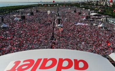 Bei der Abschlusskundgebung in Istanbul kommen Tausende, um für Gerechtigkeit zu demonstrieren. Foto: Yasin Akgul | AFP