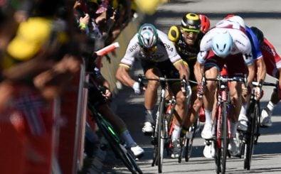 Cavendish kippt in die Bande: Dieser vermeintliche Ellenbogenkick kostet Peter Sagan die weitere Tour-Teilnahme. Foto: Jeff Pachoud | AFP