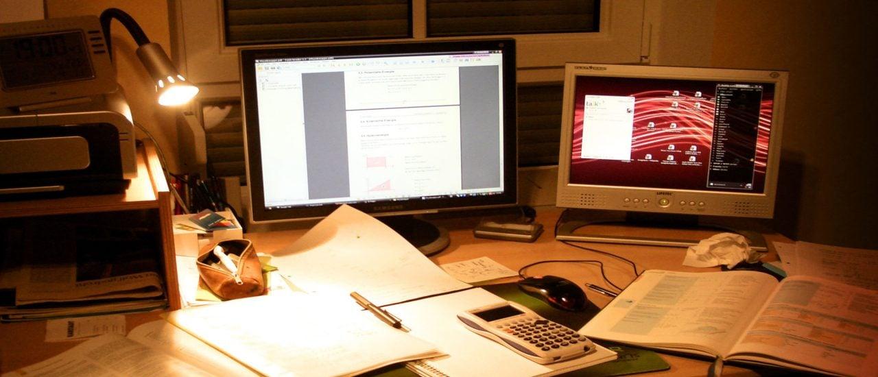 Ein Zeichen für unproduktives Arbeiten: bis spät in den Abend am Schreibtisch sitzen. Foto: These Days CC BY-SA 2.0 | Patrick / flickr.com