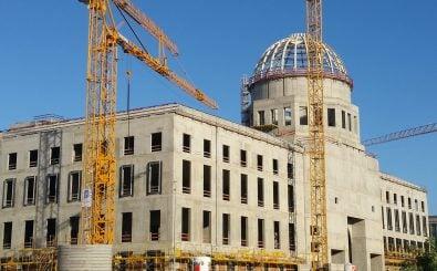 "Ins neue Berliner Stadtshloss soll das ""Humboldt Forum"" einziehen. Foto: construction site of the Berlin castle CC BY-SA 2.0 | Dietmar Sittek / flickr.com"