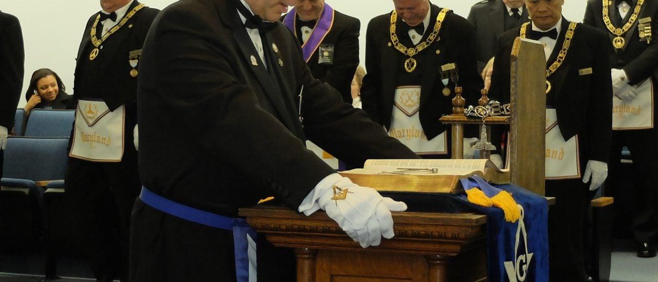 Freimaurer verbeugen sich bei einer Zeremonie. Beugen müssen sie sich nun auch dem Urteil des Bundesfinanzhofs. Foto: Open Installation of Officers 2014 CC BY-SA 2.0 | SirLyrik / flickr.com