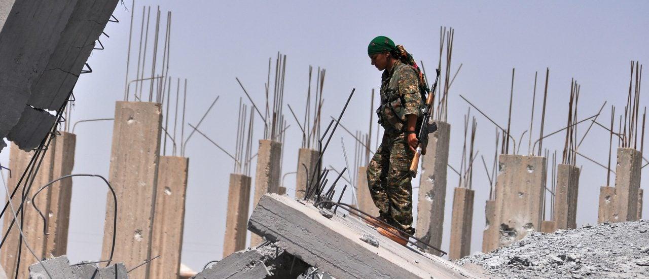 Eine YPG-Kämpferin in Ain Issa, etwa 50 Kilometer von Raqqa entfernt. Foto: Delil Souleiman | AFP