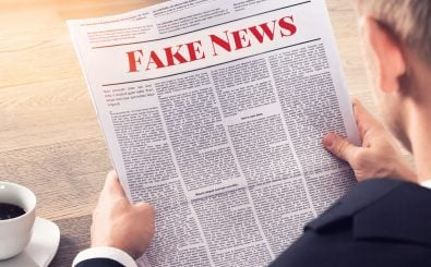 """CORRECTIV"" und ""First Draft"" sagen den Fake News den Kampf an. Foto: Fake News – Person Reading Fake News Article 