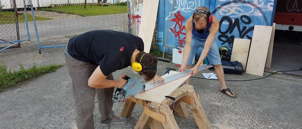 Eric und Ronny bearbeiten die Holzplatten für ihre Boulderwand.