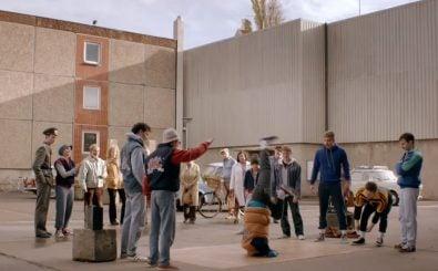 Breakdance in der DDR-Platte, natürlich muss da der Volkspolizist sein Auge darauf haben. Foto: Screenshot| Dessau Dancer| Trailer [HD] / youtube