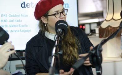Nimmt kein Blatt vor den Mund: Stefanie Sargnagel bei uns am Stand N99, Halle 4.1. Foto: Kati Zubek | detektor.fm
