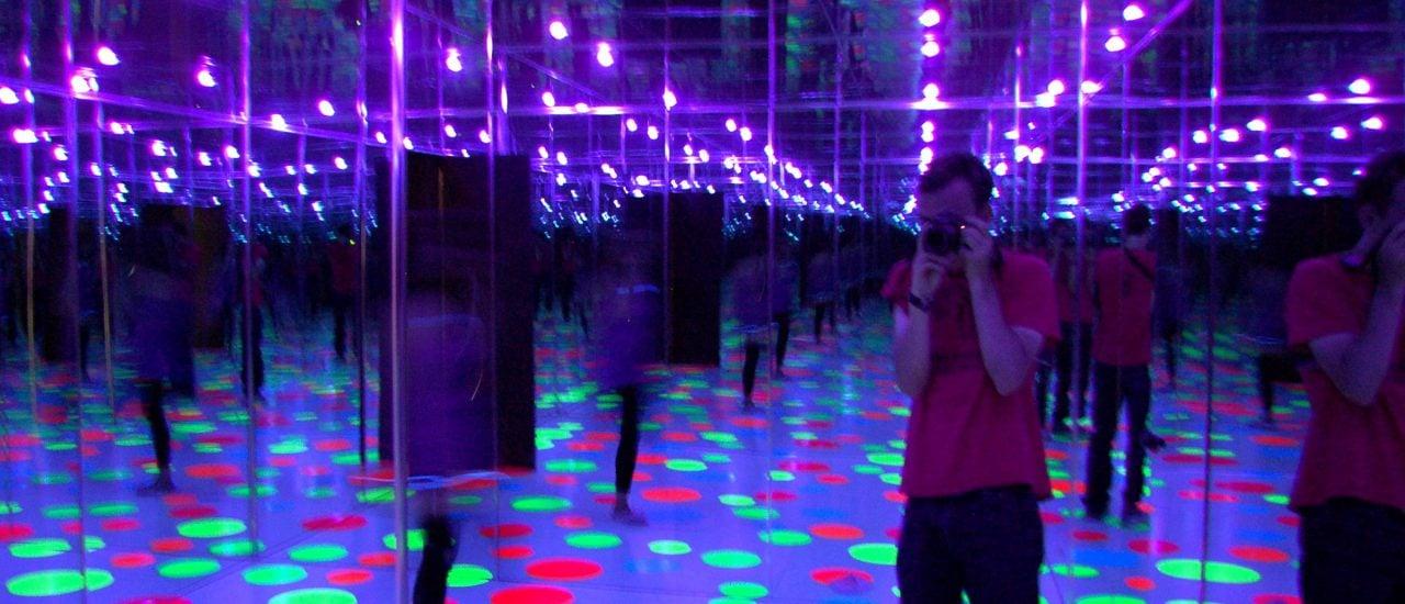 "Selfie im ""Infinity Dots Mirrored Room"". Eine besonders instagrammige Installation des Künstlers Yayoi Kusama. Foto: Yayoi Kusama, Infinity Dots Mirrored Room, 1996 CC BY-SA 2.0 | Andrew Russeth / flickr.com"