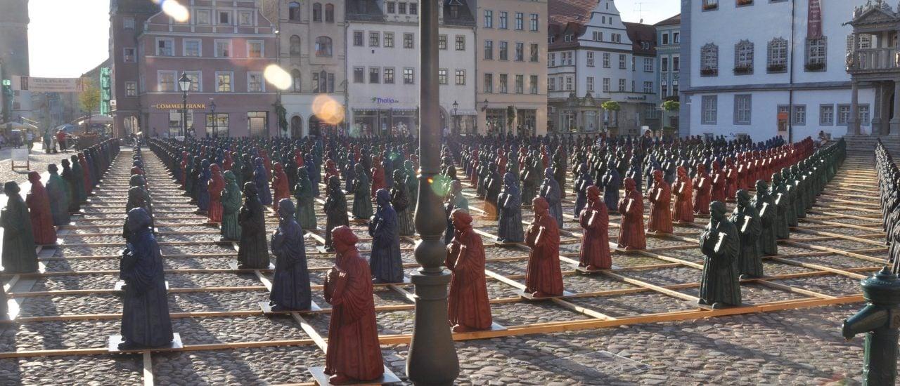 Zeitweise mit 800 Luther-Figuren besetzt: der Wittenberger Marktplatz. Foto: Martin Luther Figuren / Credits: CC BY 2.0   Marcus Meissner / flickr.com