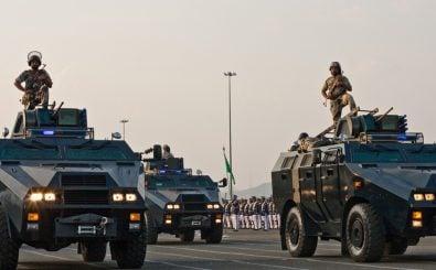 Bald dürften saudische Militärparaden mit mehr deutschem Gerät stattfinden. Foto: Saudi security forces on parade / Photo by Omar Chatriwala CC BY-SA 2.0 | Al Jazeera English / flickr.com