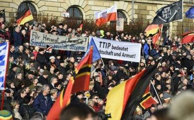 Der Pegida-Galgen tauchte zum ersten Mal bei einer Demo 2015 auf. Foto: Tobias Schwarz | AFP