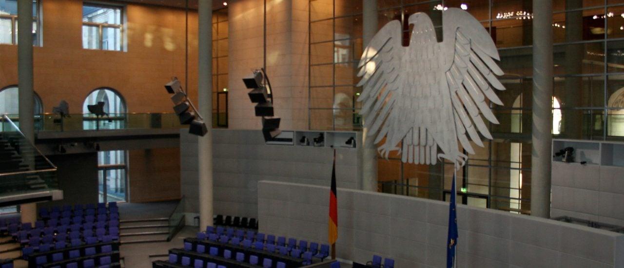 Der leere Plenarsaal im Bundestag. Foto: Bundestag: Plenarsaal/ credits: CC BY 2.0 | Roland Moriz / flickr.com